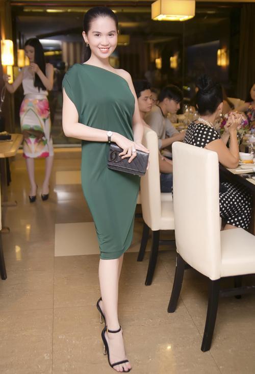 Ngọc Trinh, Linh Chi vai trần *** đi tiệc