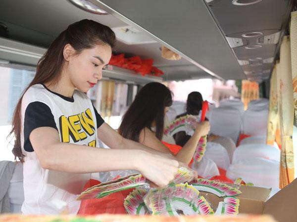 Hồ Ngọc Hà giản dị đi trao quà cho trẻ nghèo