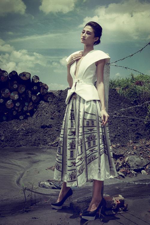 Kha Mỹ Vân kiêu kỳ váy áo hiện đại