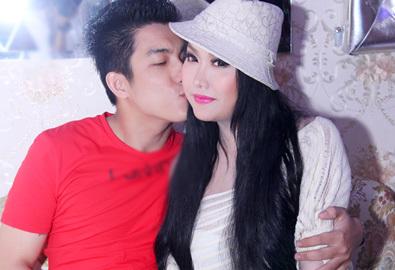 Bạn trai thoải mái hôn Phi Thanh Vân tại event