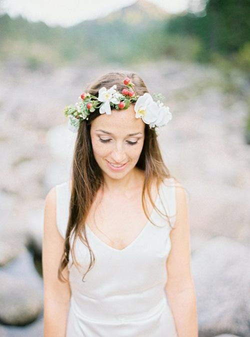 Vòng hoa cài đầu được kết từ những cánh hoa trắng muốt xen lẫn chùm quả nhỏ màu đỏ điểm nét xinh xắn, đáng yêu cho cô dâu mới.
