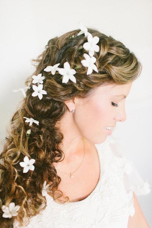 Với kiểu tóc thác nước, cô dâu nên cài hoa uyển chuyển, nhấn nhá dọc theo chiều dài của mái tóc.