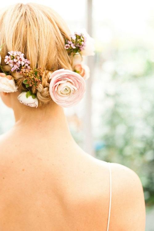 Với mái tóc búi, tết sau gáy, cô dâu có thể cài những bông hoa tươi tắn, điệu đà.