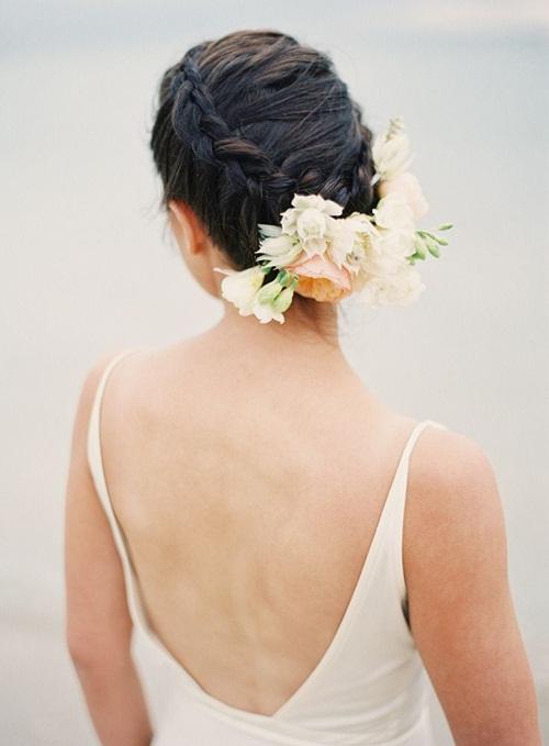 Phụ kiện hoa nổi bật và ấn tượng không kém những phụ kiện trang sức kim loại đính đá cầu kỳ.