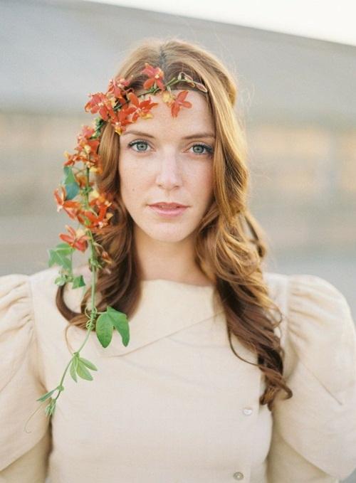 Cành hoa leo buông thả tự nhiên, duyên dáng khiến gương mặt tỏa sáng và lôi cuốn hơn.