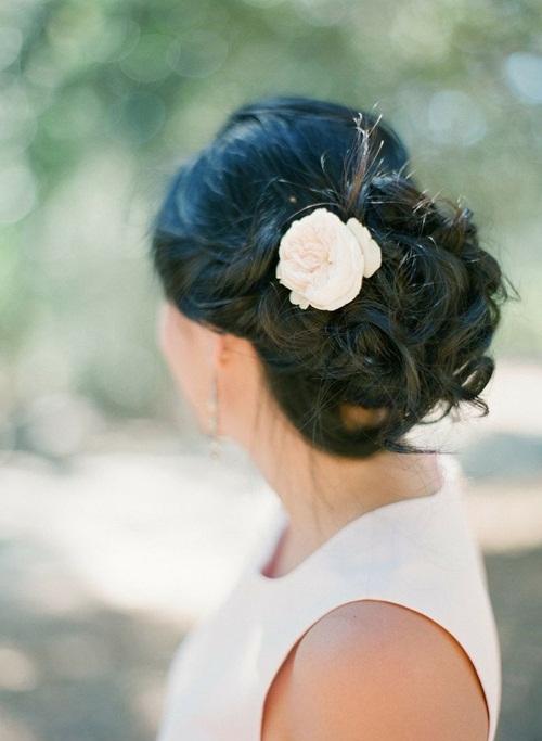 Nếu yêu thích sự giản dị, trang nhã, cô dâu lịch có thể chọn kiểu búi thanh lịch và tạo điểm nhấn bằng một bông hoa nhỏ xinh.