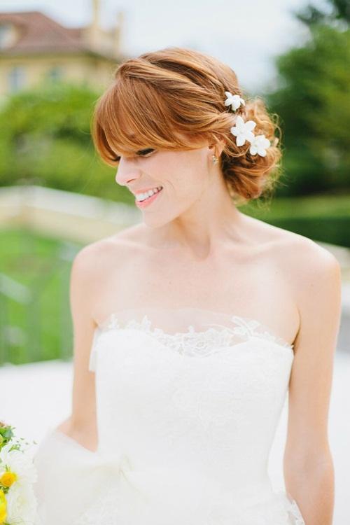 Cánh hoa nhỏ xinh mang sắc trắng tinh khôi tương đồng với bộ váy dài thướt tha sẽ là sự kết hợp hoàn hảo cho ngày trọng đại.