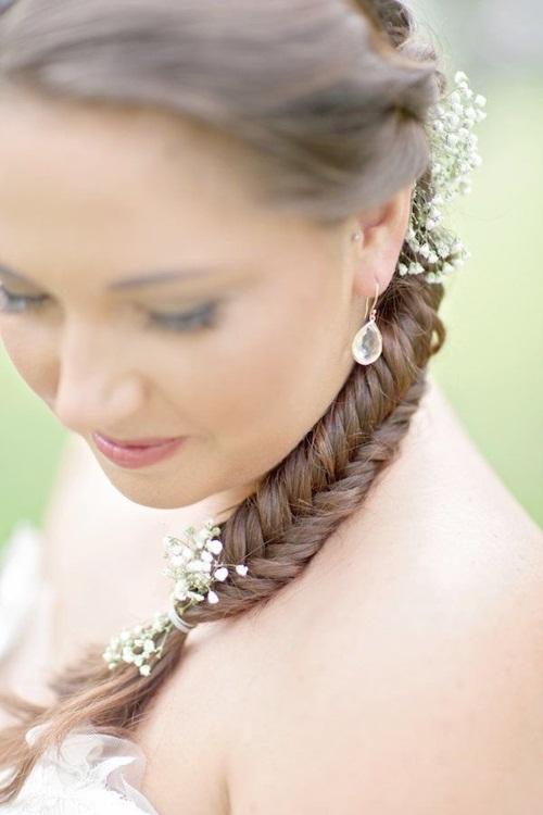 Đuôi tóc tết xương cá mềm mại hơn nhờ những bông hoa đáng yêu, nhỏ li ti.