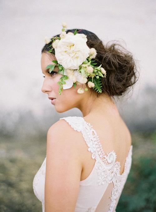 Cô dâu sẽ trở thành tâm điểm của bữa tiệc với phụ kiện hoa nổi bật, hút mắt.