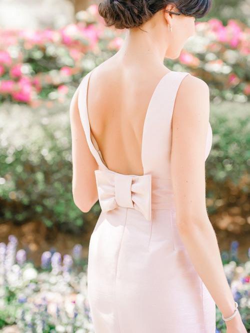 Chiếc nơ xinh xắn sẽ tô điểm cho vẻ đẹp ngọt ngào, lãng mạn.