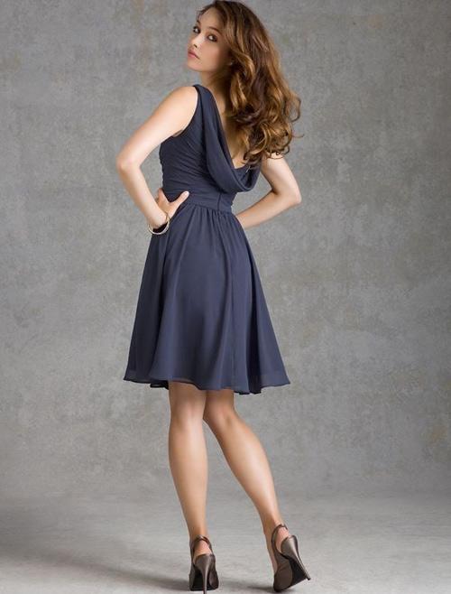 Dáng váy này thường được mau bằng chất liệu mềm mại. Cổ áo buông rủ nhẹ nhàng tạo ra sự cân đối, thích hợp với những phù dâu có vóc dáng đầy đặn. Ảnh: GCWD.