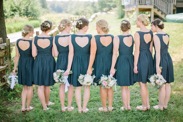 Trang phục, phụ kiện đồng điệu thể hiện sự gắn kết và tình bạn thân thiết của những nàng phù dâu xinh đẹp.