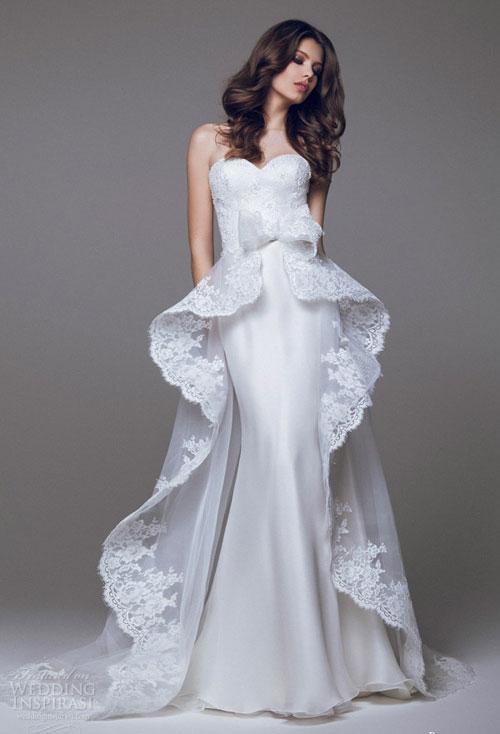 Đuôi váy peplum với vạt dài sau lưng như đóa hoa nở rộ với đường cắt uốn