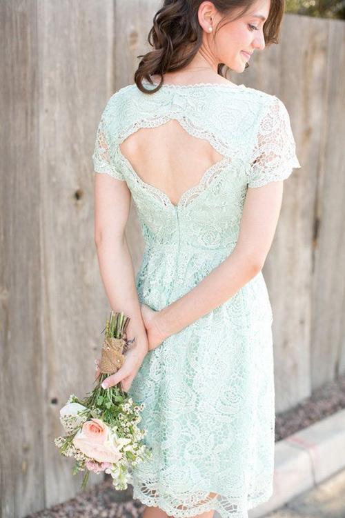 Không chỉ bộ váy cô dâu mới có những chi tiết lưng gợi cảm, quyến rũ. Váy phù dâu cũng có những đường cắt khoét hiện đại, hiện đại.