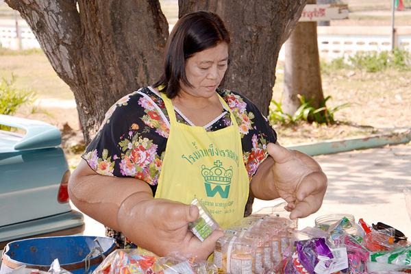 Bà Duauangjay Samaksamam, 59 tuổi, sống ở tỉnh Surin, chào đời với chứng bệnh Macrodystrophia Lipomastosa, một tình trạng khiến lượng chất béo lớn bị tích tụ trên hai cánh tay và bàn tay.