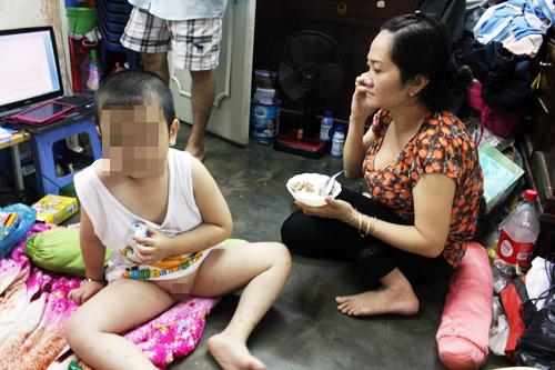 [Caption]Bé Quang đang được mẹ chăm sóc tại nhà.