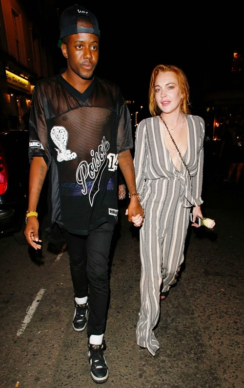 lindsay-lohan-holds-hands-with-2901-4241