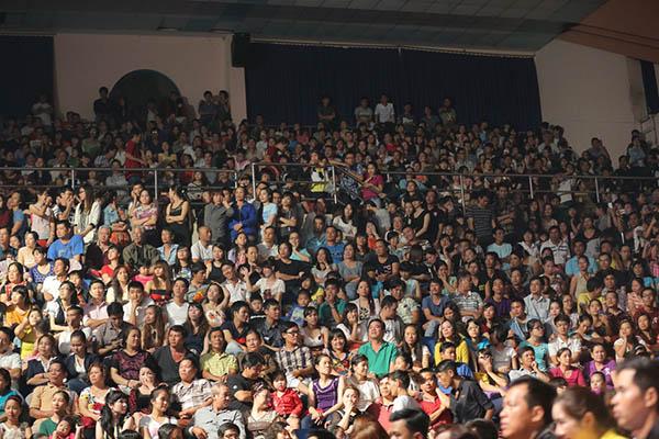[CaptionDấu Ấn vừa có sự khởi đầu đầy ấn tượng cho năm thứ 2 của chương trình bằng liveshow hoành tráng và thành công rực rỡ của nam ca sĩ Ngọc Sơn vào tối qua 06/9/2014 tại sân khấu Nguyễn Du (Tp.HCM), với kỷ lục khán giả xem trực tiếp đông nhất từ trước tới nay. Bất kể cơn mưa như trút khiến các con đường chìm trong biển nước và kẹt xe, hàng ngàn khán giả vẫn đổ về Nhà thi đấu Nguyễn Du, gây nên tình trạng ùn tắc và hỗn loạn. Cả 2 bên khán đài, các cầu thang và lối đi trong Nhà thi đấu gần như không còn một chỗ trống.