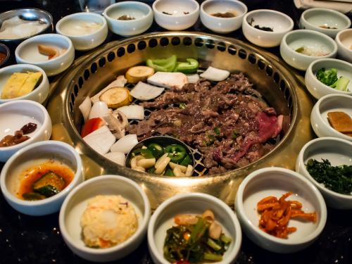 Bạn có thể thưởng thức thịt nướng cùng các loại kim chi cay nồng trên chính quê hương của món ăn này.