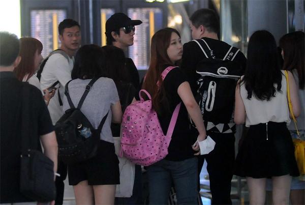 Cả đoàn người chờ xe đến để rời khỏi sân bay. Kể từ khi em bé chào đời, Lực Hoành