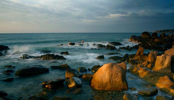 Đắm chìm trong những bãi đá đầy màu sắc, bạn đừng quên khám phá những tản đá khổng lồ gắn liền với những câu chuyện truyền thuyết đầy màu sắc thần thoại được người dân nơi đây truyền tai nhau. Bạn có thể dễ dàng nhìn ra những tản đá kỳ thú mang dáng hình con voi, con trâu hay chim đà điểu...