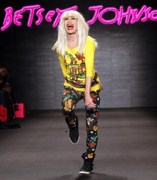designer-betsey-johnson-walks-5443-4156-