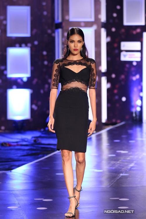 Các mẫu thiết kế váy cocktail thanh lịch được tạo thêm những điểm nhấn khá tạo bạo bằng đường cut -out và phối hợp chất liệu vải trong suốt.