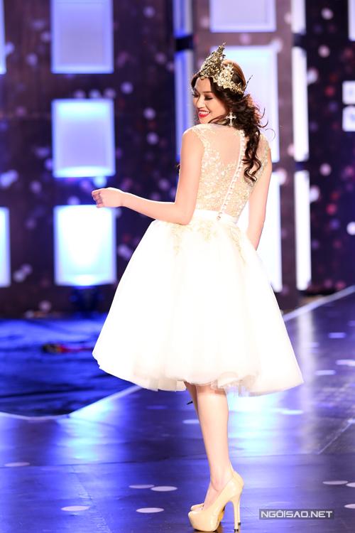 Đảm nhận vị trí vedette cho màn trình diễn thời trang giới thiệu các mẫu váy mùa thu, Khánh My đội vương miện được thiết kế riêng và cô xuất hiện như một bà hoàng trên sân khấu.