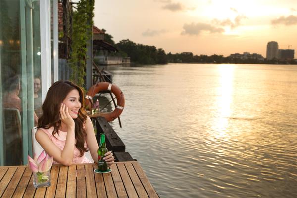 Đi thuyền dọc bờ sông Sài Gòn, hít một hơi thật sâu vị trong lành hiếm có của Sài Gòn, bạn sẽ quên đi những tất bật bộn bề. My đã tự thưởng cho mình những món ngon tại The Deck, nhà hàng mang đậm phong cách châu Âu bên bờ sông Sài Gòn và ngắm hoàng hôn tuyệt đẹp.