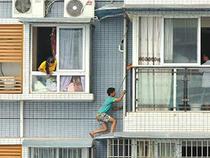 Leo ra ngoài cửa sổ tầng 11 trốn vì sợ làm bài tập về nhà