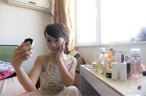 Jiang Weihao quyết định ngừng mặc những bộ trang phục dành cho nam giới từ tháng 10 năm ngoái. Trước đó, Jiang làm huấn luyện viên dạy múa cột ở Bắc Kinh trong hai năm và cứ đêm đến, anh lại biểu diễn ở những câu lạc bộ đêm với cái tên đầy nữ tính Jiang Yaxi.