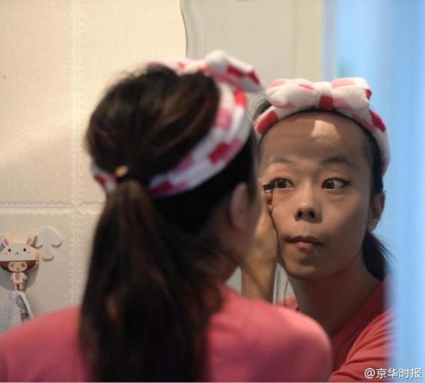 """Jiang thường sử dụng những bức ảnh """"nữ tính"""" và giới tính nữ trên các trang mạng xã hội. Có nhiều chàng trai từng rủ Jiang tới quán rượu hay câu lạc bộ nhưng anh từ chối. Jiang biết lý do vì sao họ làm vậy, nhưng anh chưa bao giờ có ý định sẽ nói với họ giới tính thật của mình.   """"Có lợi gì đâu khi tiết lộ sự thật?"""", Jiang nói. Anh cho biết chỉ gặp gỡ họ để giết thời gian và chứng tỏ kỹ năng trang điểm khéo léo của mình."""