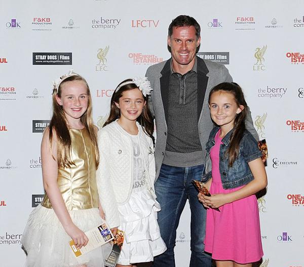Carragher bên cô con gái Mia (váy trắng) và hai cô bé