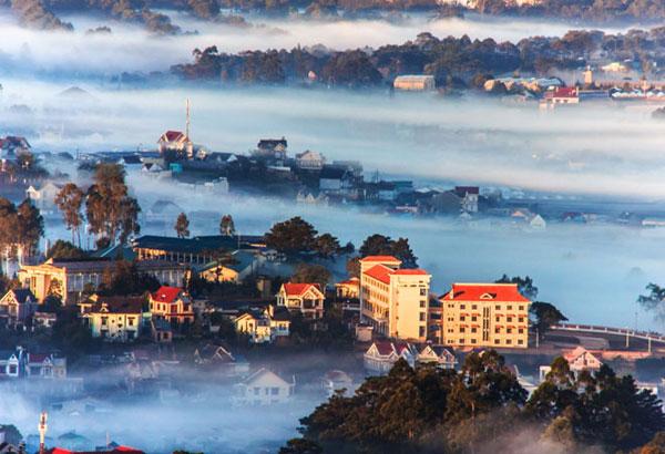 Đà Lạt trong sương sớm, chụp từ đỉnh núi Hòn Bồ. Ảnh của tác giả Dương Kim Khang.