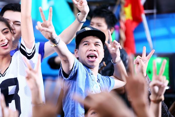Sĩ Thanh, Hoàng Tôn cực kỳ phấn khích khi làmký hiệuchữ V bằng tay. Với họ, đây không chỉ là biểu tượng của Victory (chiến thắng) trên toàn thế giới mà còn mang một ý nghĩa thiêng liêng hơn  V là Việt Nam.