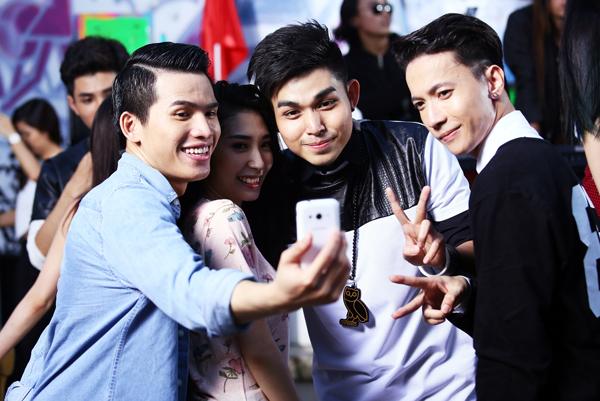 Hai thành viên điển trai của nhóm nhạc 365 vui vẻ dùng Galaxy V để selfie cùng Quán quân Vietnam Idol Quốc Thiên và Khổng Tú Quỳnh.