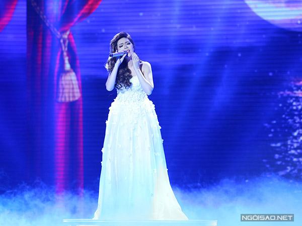 Uyên Nguyên trình bày ca khúc quen thuộc Dĩ vãng nhạt nhoà, được phối theo điệu Valse.