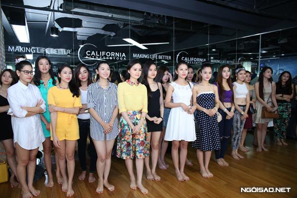 Các cô gái rạng rỡ xuất hiện trong trang phục trẻ trung. thí sinh được cựu người mẫu Thúy Hằng (chuyên gia catwalk cuộc thi) phổ biến về nội quy, lịch làm việc cũng như nội dung các thử thách họ phải vượt qua để thể hiện vẻ đẹp, sự tự tin của bản thân.