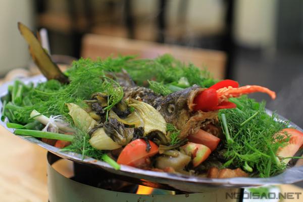 Đây là món ăn được nhiều người ưa thích nhờ sự bổ dưỡng và tươi ngon của cá chép. Hương vị đặc trưng của món này là thịt cá chép thơm ngọt hòa quyện với vị chua thanh của dưa, cà chua, vị thơm thoang thoảng của hành hoa, thì là& tất cả kết hợp vào nhau tạo nên một món ăn đậm đà, ngon miệng.Chính nhờ hương vị thơm ngon nên cá chép om dưa có thể làm món chính trong bữa cơm gia đình hay món lai rai đều thích hợp. Đặc biệt, trong mùa mưa Sài Gòn, nồi cá chép om dưa nghi ngút khói dậy mùi thơm càng thêm hấp dẫn người ăn.