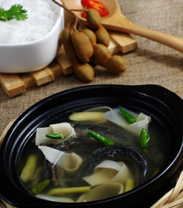 Món lẩu từ cá kèo thường được nấu kèm với lá giang - loại lá có nhiều ở miền Nam và Trung, có vị chua chua, chát chát đặc trưng. Cá kèo nấu lẩu phải là những con cá còn tươi sống. Khi nước lẩu sôi mới mở vung nồi và cho cá vào. Khi cá không còn quẫy là cá đã chín, và ngay sau đó bạn có thể cho rau vào nồi lẩu. Rau dùng với lẩu cá kèo gồm rau muống, rau nhút và rau đắng, giá, hoa chuối... Mùi thơm từ nồi lẩu cá kèo bốc lên sẽ thơm lừng, khó quên.