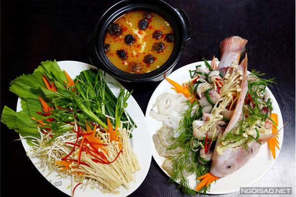 Mới nghe qua tên món ăn này, nhiều người sẽ nghĩ ngay đến món cháo cá lóc nổi tiếng của miền Tây Nam bộ. Tuy nhiên, đây là một món ăn hoàn toàn khác biệt từ nguyên liệu, cách chế biến cho đến hương vị, đậm nét đặc trưng của ẩm thực miền Bắc. Thành phần của món ăn này cũng khá đơn giản, chỉ gồm cá điêu hồng, cháo và rau, nấm. Cá được làm sạch và luộc chín, cá điêu hồng được thái phi lê thành từng lát mỏng rồi để lên đĩa cùng với ít tôm và mực. Cháo được nấu riêng với nước hầm từ xương cá, nấm hương nên có vị thanh ngọt tự nhiên. Khi ăn, nồi lẩu cháo bốc khói được để giữa bàn. Bạn chỉ cần cho cá, tôm, mực vào nồi lẩu cùng với các loại rau là có thể thưởng thức nồi lẩu cháo cá bốc khói thơm ngon này.