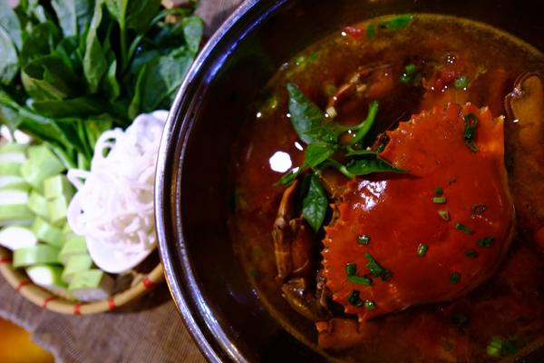 Lẩu cua biển là một trong những món lẩu phổ biến và được nhiều người ưa thích. Nguyên liệu chính là cua biển, hay còn gọi là cua bể, cua xanh... còn sống, chắc thịt được rửa sạch, tách yếm, cắt làm 2, đập dập càng. Phi thơm màu dầu điều với hành tỏi băm, cho cua vào đảo sơ rồi cho nước dùng vào nấu chín, nêm lại gia vị vừa ăn là được. Rau ăn kèm với món này có thể là bầu, hay các loại đậu bắp, rau nhút, ray muống& Chỉ chừng đó thôi là đủ để mang đến cho bạn một món lẩu thơm ngon trong ngày trời chuyển mưa.