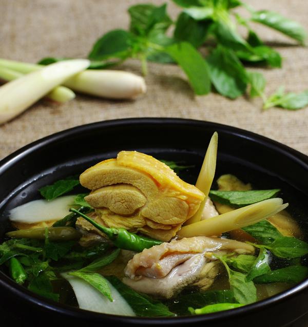 Lẩu gà lá é là một món lẩu ít được biết đến ở Sài Gòn nhưng ai đã ăn một lần sẽ khó có thể quên được hương vị thơm ngon của món ăn này. Thành phần chính của món ăn này là gà ta và lá é (một loại lá tương tự húng quế, có nhiều ở các tỉnh miền Trung).  Để chế biến món ăn này, người ta chọn gà thả vườn, làm sạch, thái thành từng khúc vừa ăn rồi ướp gà với ít muối, hạt nêm, đường, tỏi băm rồi để một lúc cho gà thấm gia vị. Cái hay của món này là nước dùng được nấu từ nước khoáng lạt, vừa giúp thịt gà nhanh chín, không có vị gắt của gia vị, vừa có nhiều muối khoáng nên khi ăn không chỉ có vị ngọt mà còn rất tốt cho sức khỏe. Sau khi gà chin, bạn chỉ cần vò lá é (chỉ vò hơi dập, không vò nát) cho vào nồi nước dùng là có thể thưởng thức. Vị ngọt thanh của nước dùng hòa cùng vị cay cay nồng nồng của lá é tạo nên một hương vị rất riêng vừa hấp dẫn vừa khó quên.