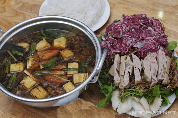 Có nguồn gốc từ miền Bắc, món lẩu riêu cua bắp bò giờ cũng khá phổ biến ở Sài Gòn hay miền Trung nhờ vị thanh ngọt thơm mùi cua đồng. Được chế biến từ cua đồng và bắp bò tái, món ăn còn có thêm các nguyên liệu như: đậu phụ, cà chua, giò, trứng vịt lộn sống cùng các loại rau... Tất cả đều pha trộn một cách khéo léo giúp món ăn vừa đẹp mắt vừa ngon miệng, lại rất thích hợp trong những buổi tối trời mưa lạnh.