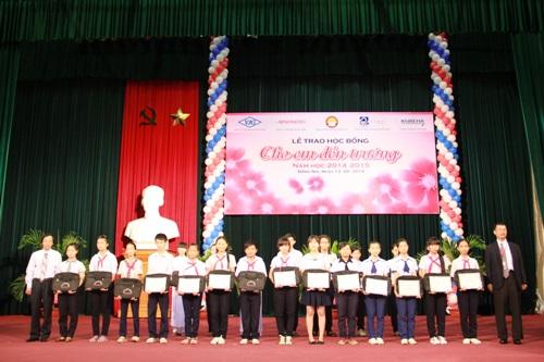 Ông Makoto Yamamoto  Giám Đốc Công ty Ajinomoto Việt Nam trao học bổng và chụp ảnh lưu niệm cùng các em cho học sinh