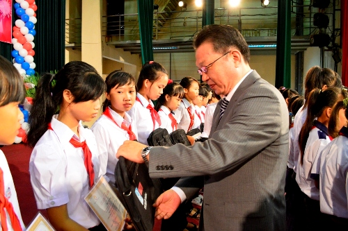 Ông Yamamoto Toshiro  Tổng Giám Đốc Công ty Quadrille & Vera Việt Nam trao học bổng cho học sinh