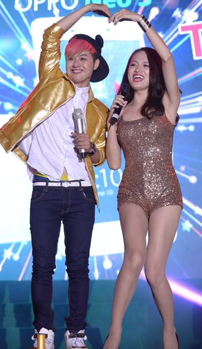 Khán giả tiếp tục vỡ òa ngạc nhiên, thích thú khi Hương Giang Idol bất ngờ xuất hiện trên sân khấu song ca cùng Thanh Duy trong một ca khúc hit của Phạm Hồng Phước và Hương Giang.