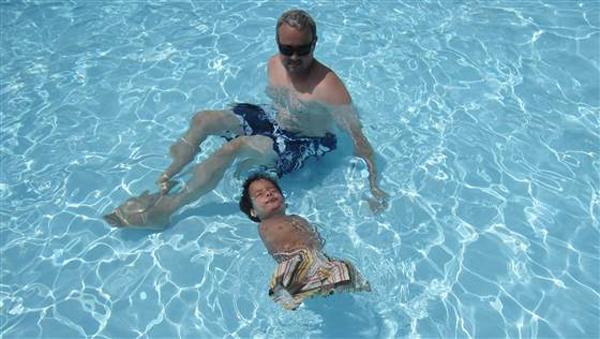 Bowen thích vùng vẫy dưới nước bởi đây là môi trường giúp cậu bé cảm thấy thoải mái.