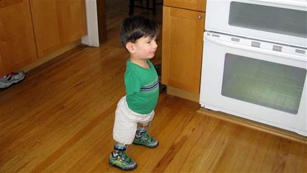 Bowen thử đi trên đôi chân giả, tuy nhiên thử thách này không phải là điều gì dễ dàng.