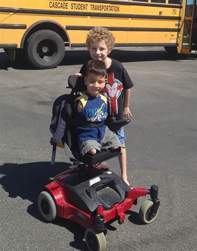 Bowen chụp ảnh với anh trai Health, 8 tuổi, trước khi cả hai đến trường.